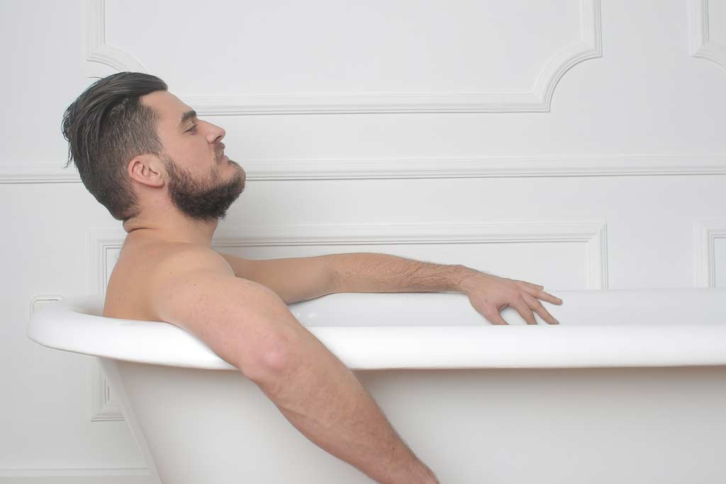 Man in bathtube, Muž vo vani